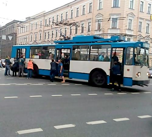 Петербург: науглу Невского иЛитейного искали бомбу втроллейбусе