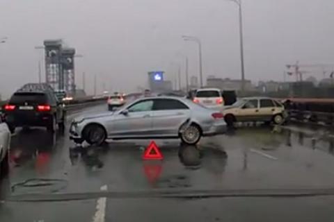 ВРостове наТемерницком мосту столкнулись две легковушки идва джипа