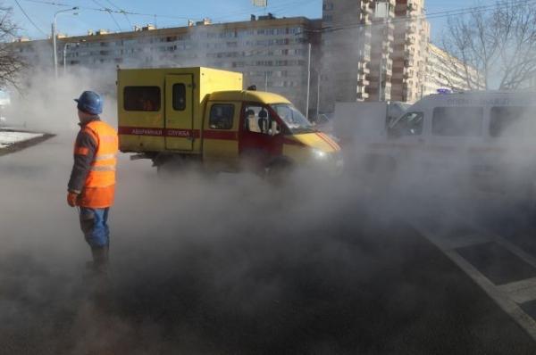 Движение транспорта в районе прорыва трубы в Москве восстановлено