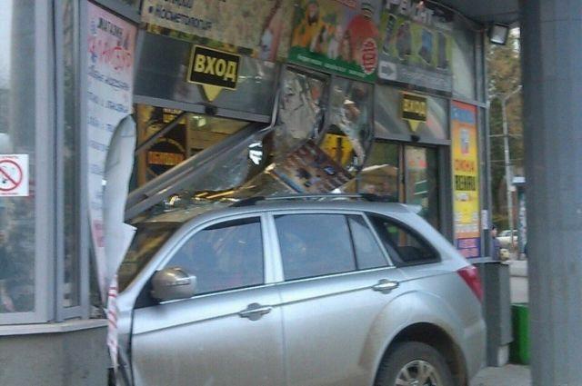 ВСамаре пенсионер наавтомобиле врезался вторговый центр— Пошёл натаран