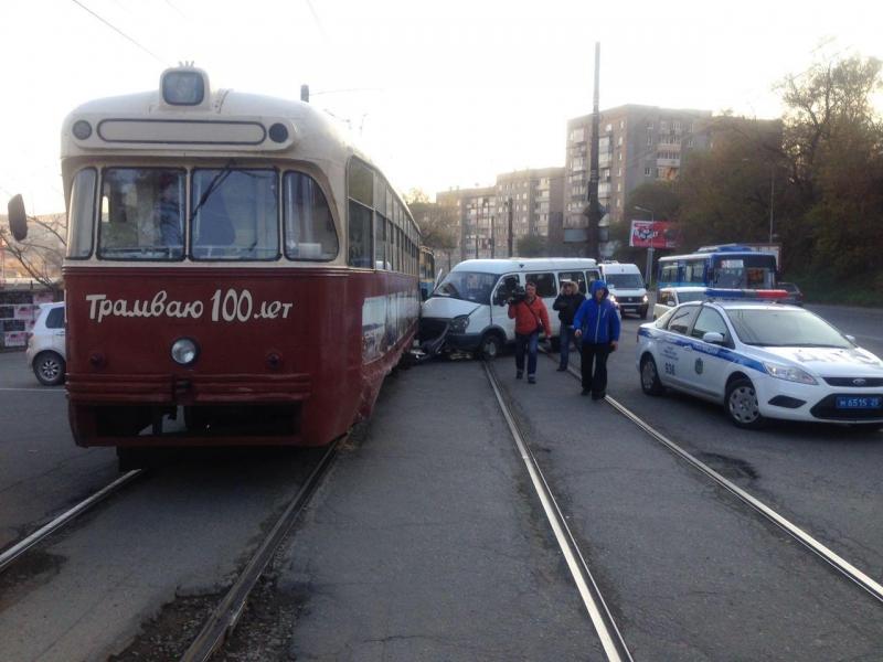 ВоВладивостоке пассажирский автобус въехал втрамвай