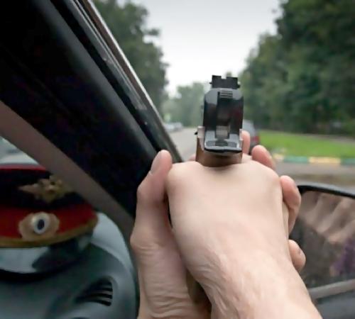 В российской столице нетрезвый шофёр провез инспектора накапоте