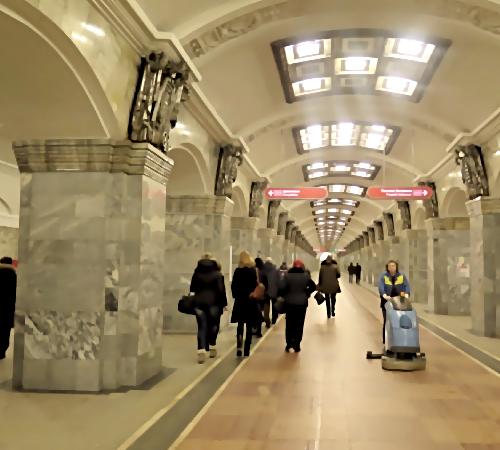 Настанции метро «Кировский завод» погибла женщина
