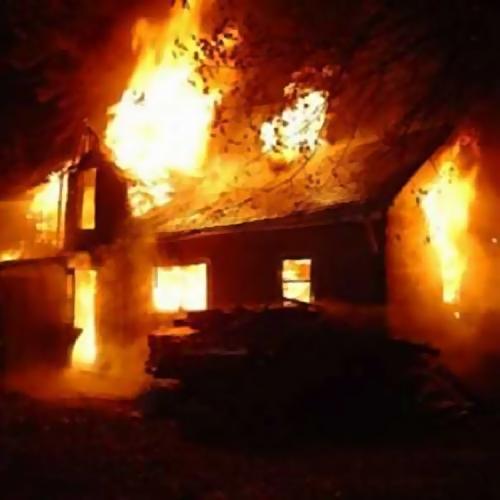 Работники милиции спасли людей изгорящего жилого дома вКузбассе
