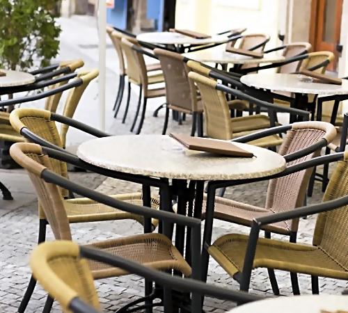 ВКрымске нетрезвый пенсионер навелосипеде похитил изкафе стулья