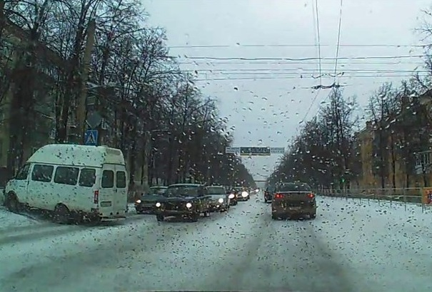 ВМиассе маршрутка наполной скорости влетела вдерево