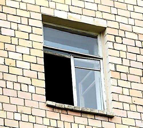 Пермь: накозырьке подъезда обнаружили тело женщины
