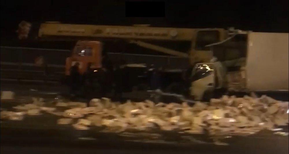 НаМКАДе столкнулись фургон иавтокран, есть погибшие