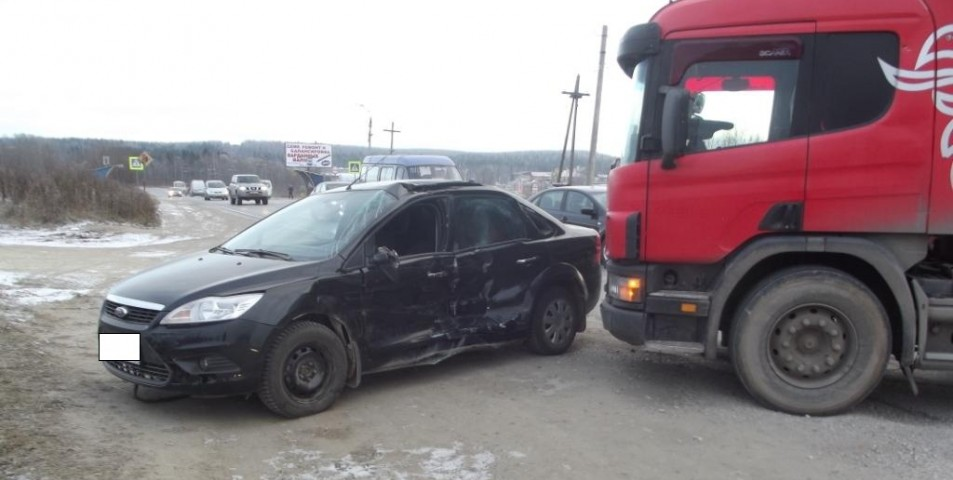 На автотрассе Ухта— Дальний «Форд Фокус» столкнулся сгрузовым тягачом