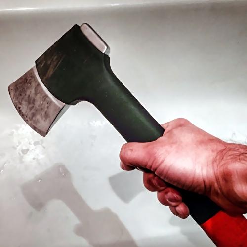 Тюменец изрезал соседа ножом инапал научасткового с тесаком