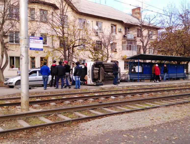 ВКраснодаре иностранная машина влетела втрамвайную остановку иперевернулась