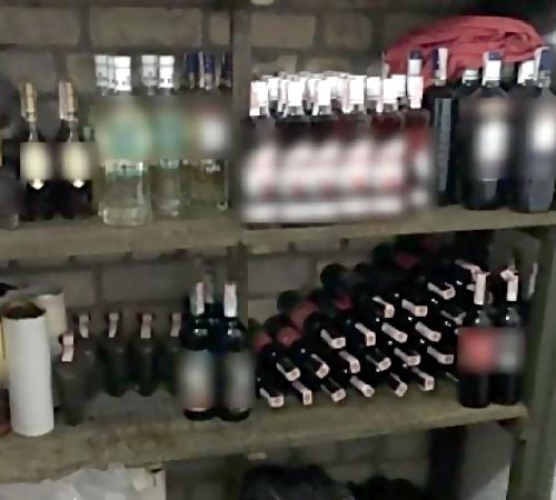 Контрафактный спирт отыскали наскладе вПетербурге
