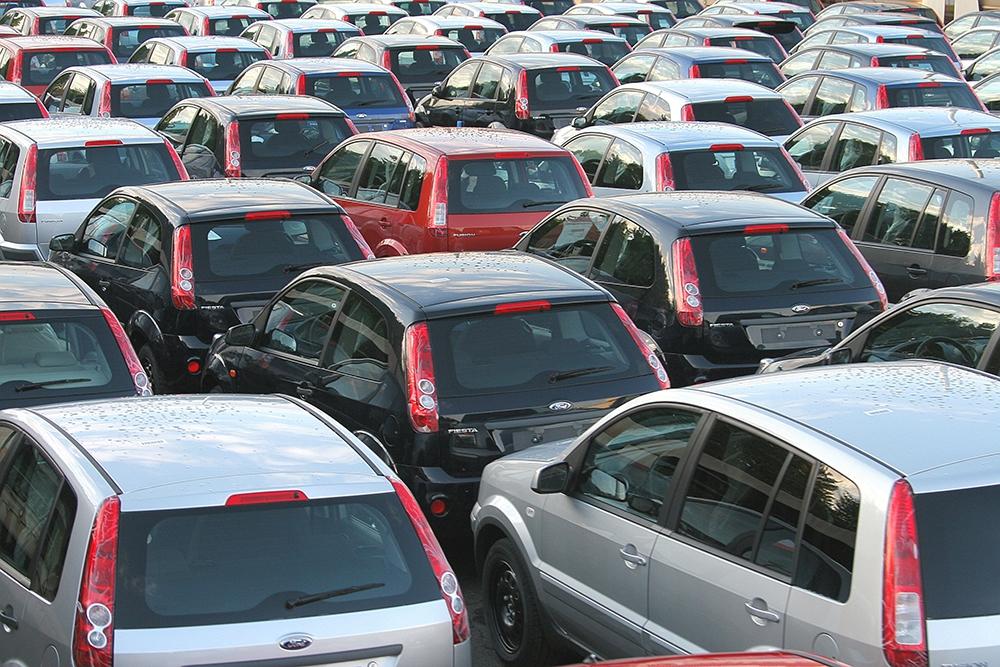 Продажи автомобилей в России упали почти на 40% в октябре