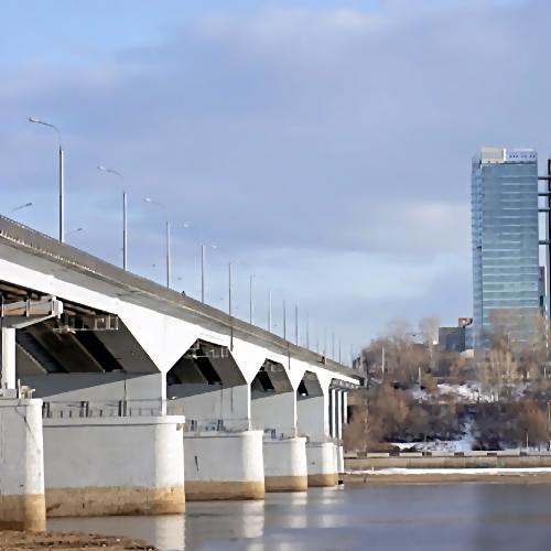 НаКамском мосту вПерми столкнулись «Газель» и«Калина»