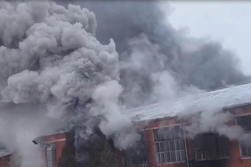 Пожар, начавшийся вночь навторник, возобновился вЛосино-Петровском