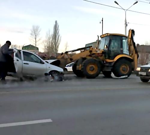 ВКазани трактор поймал «Lada» наковш