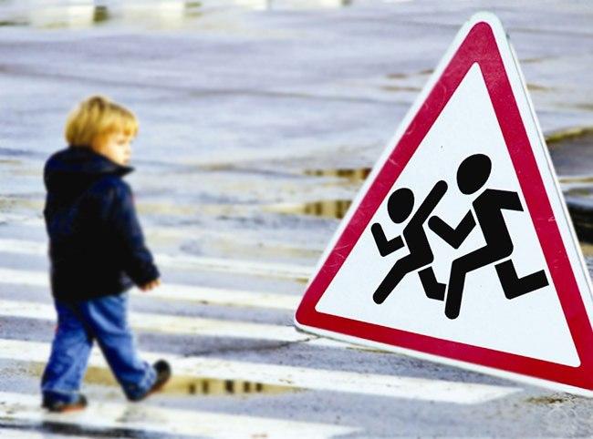 Малышку вОренбурге сбила машина, когда ташла смамой вмагазин