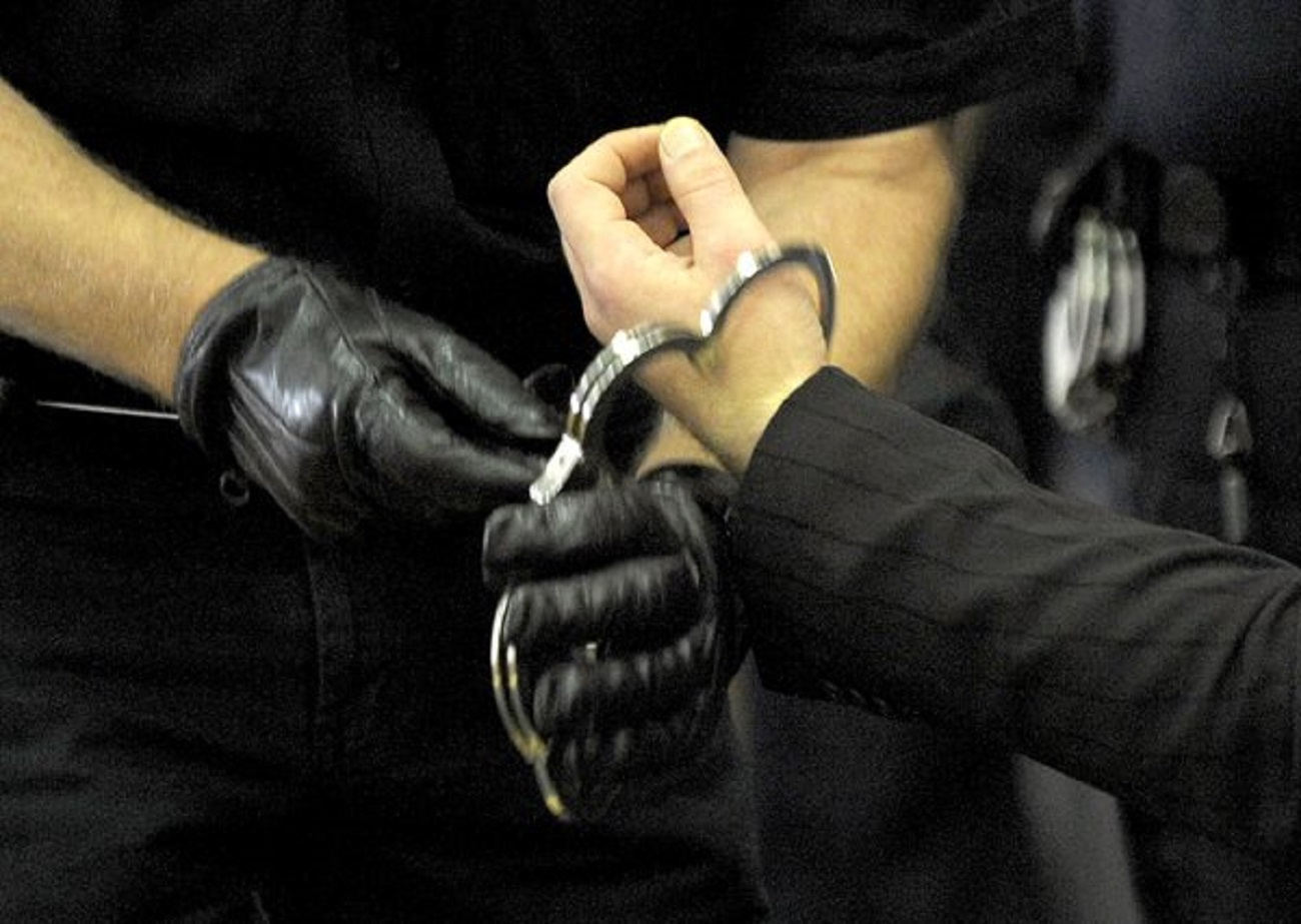 ВЛуге пьяная женщина зарезала сожителя 2-мя ножами
