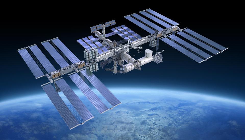 Земля виллюминаторе. русские космонавты почистят стёкла МКС