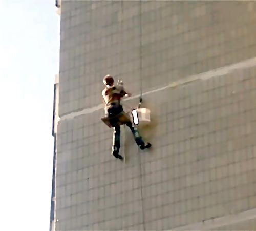 ВНовосибирске умер индустриальный альпинист при падении с17-этажного дома