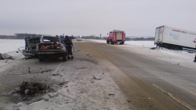 В итоге столкновения сфурой легковую машину разорвало пополам, шофёр ипассажир погибли
