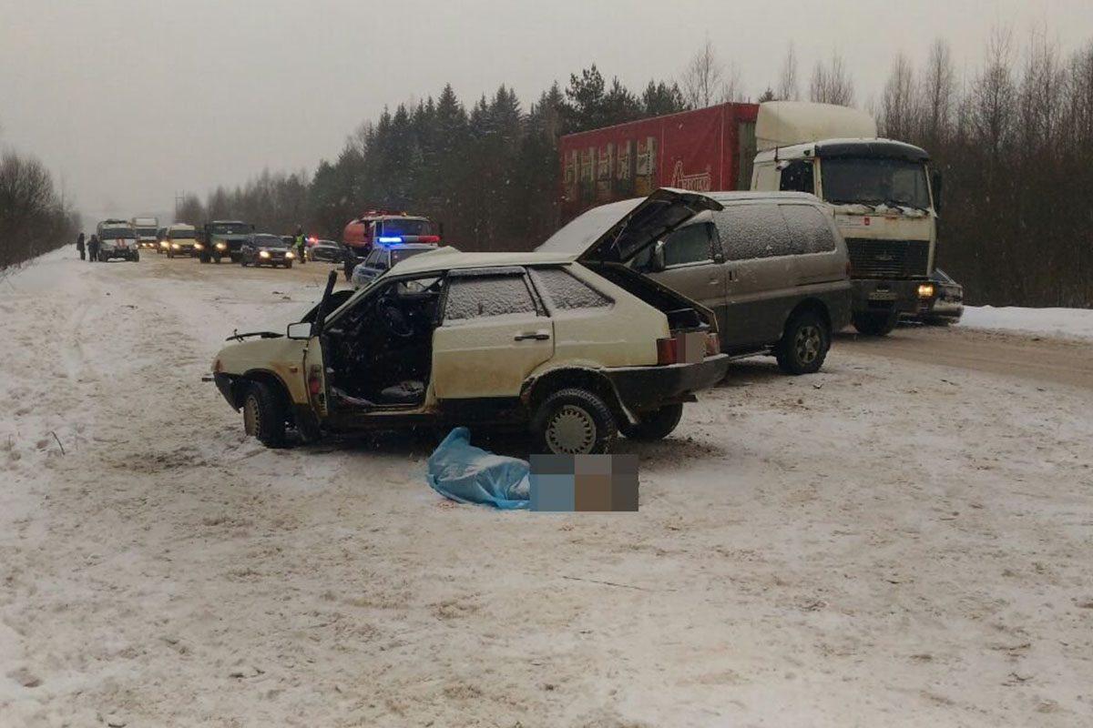 Двое людей погибли вДТП вКалининском районе