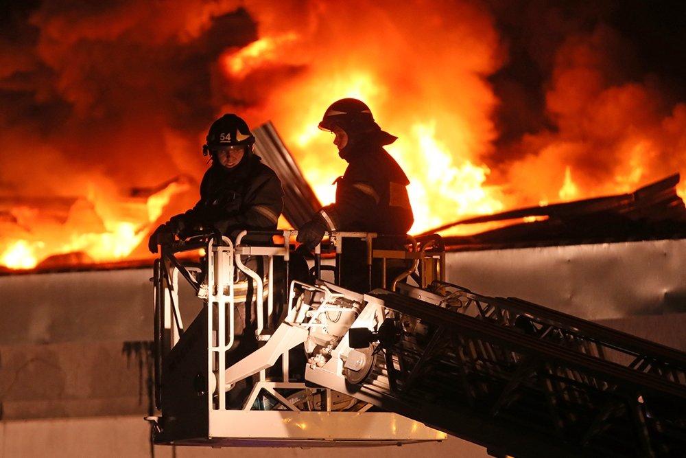 Один человек умер врезультате сильного возгорания вквартире насевере столицы