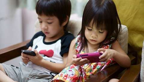 Психологи узнали, когда родители покупают детям 1-ый смартфон