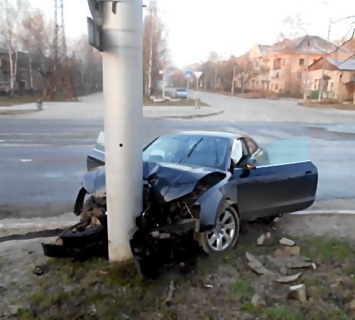 Нетрезвый автомойщик угнал «Ауди» иврезался встолб