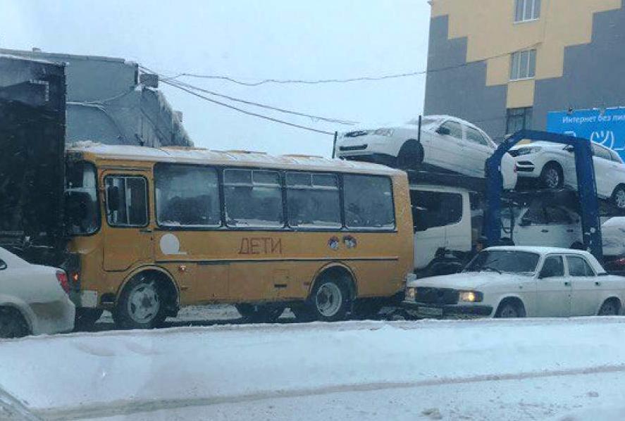 ВКемерове вПАЗ сдетьми врезалась гружёная автомобилями фура