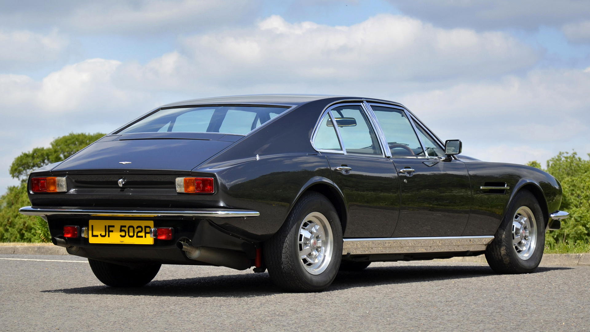 Необычайный Астон Мартин Lagonda 1974 года выставлен на реализацию