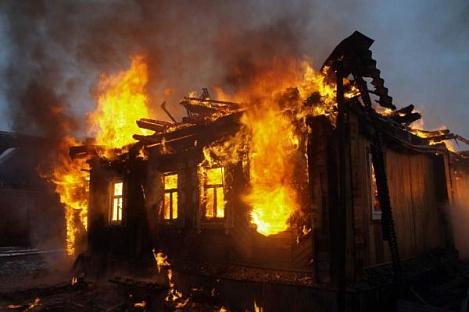 Жертвами пожара в личном доме вСвердловской области стали три человека